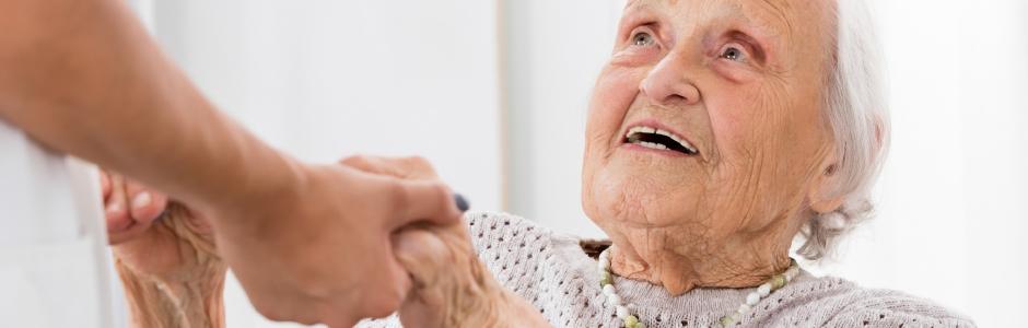 Einer alten Frau wird geholfen