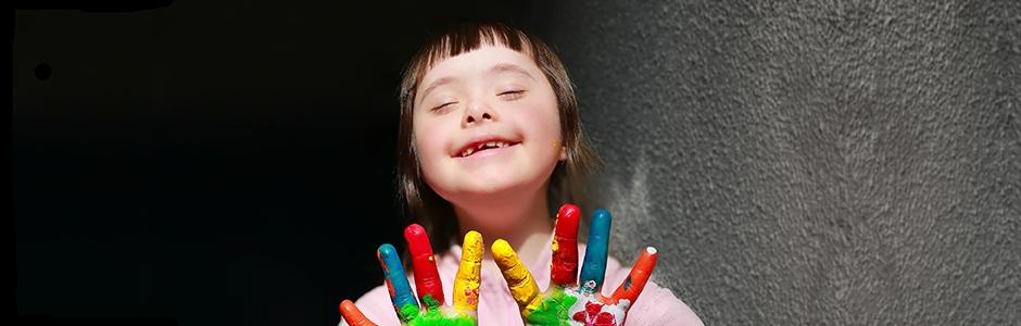 Kind mit farbigen Fingern